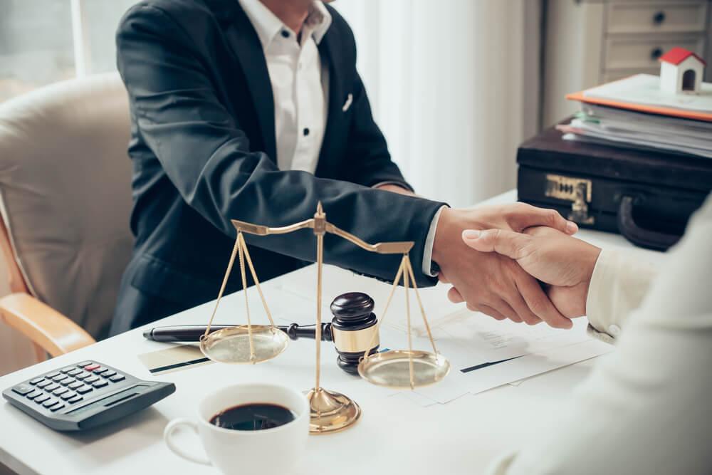 handskakning med advokat