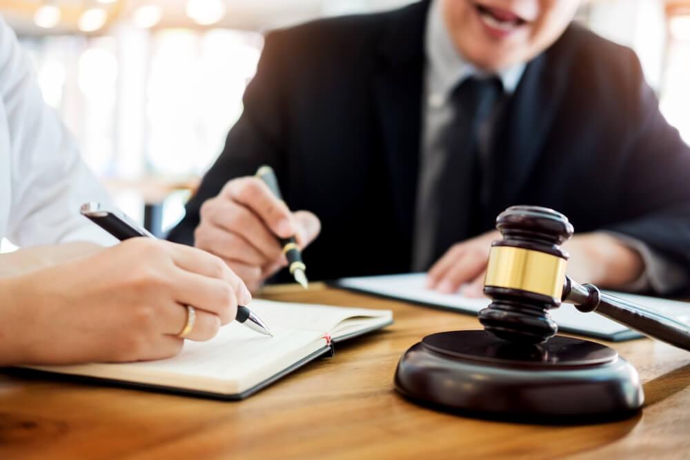 advokat tar anteckningar med klient