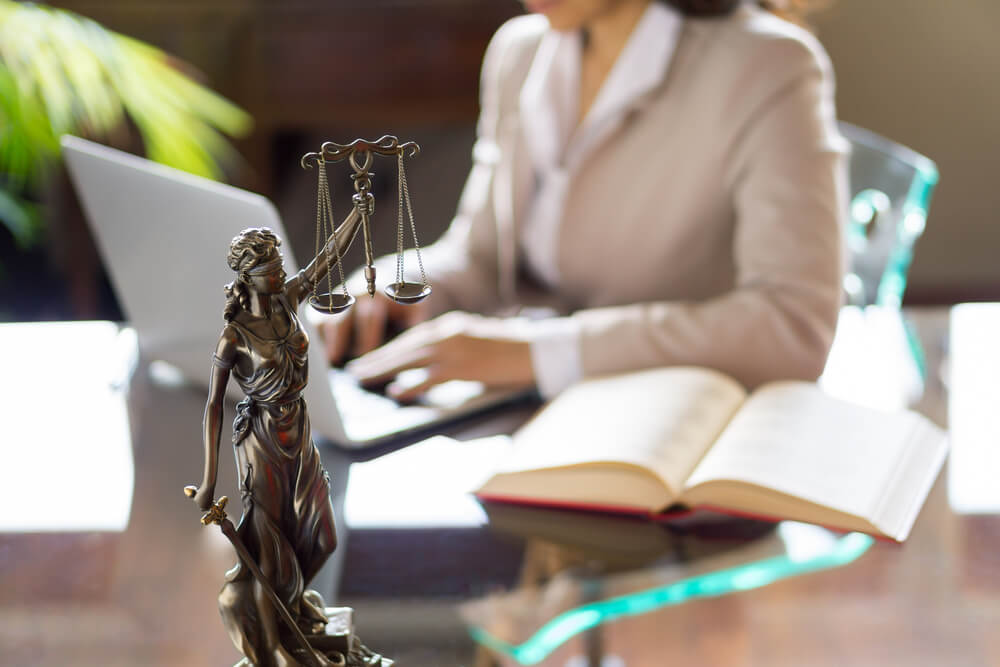 kvinnlig jurist sitter vid datan