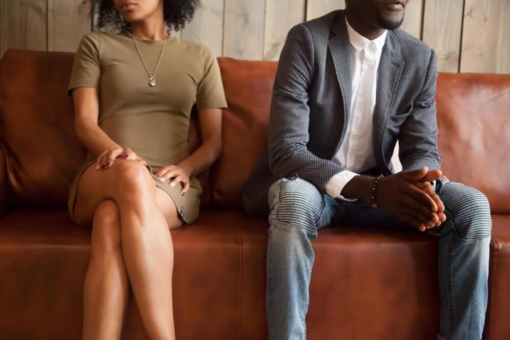 par är osams i soffa