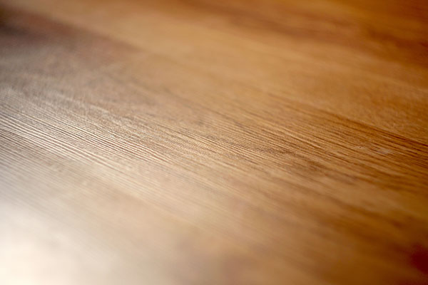 närbild på nyslipat golv i Nacka