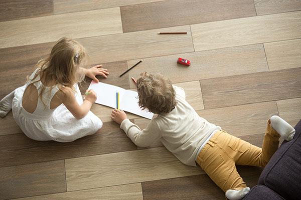 barnlek på nyslipat golv i lägenhet på Östermalm