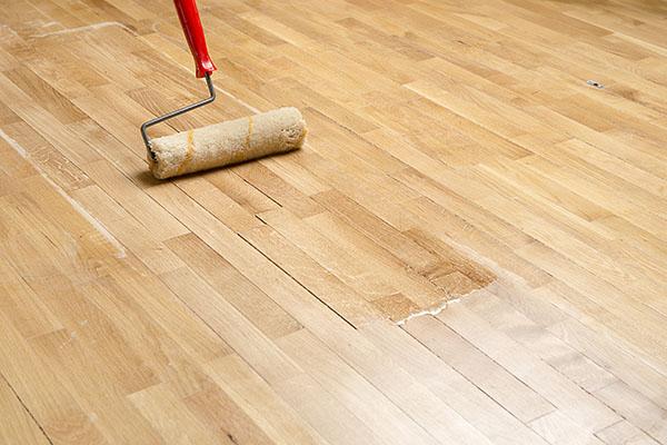 ytbehandling av nyslipat golv efter boendes önskemål i lägenhet på Södermalm