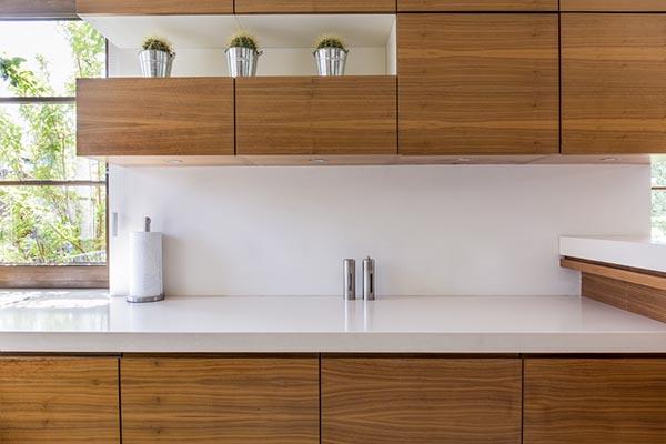 kök med moderna träluckor