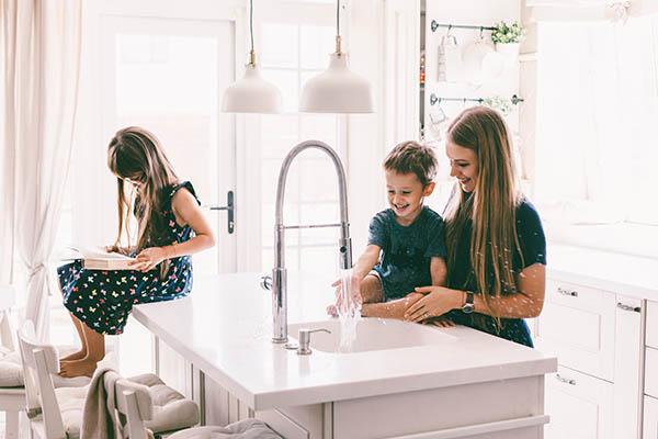 nöjd familj i sitt nyrenoverade kök i Stockholm