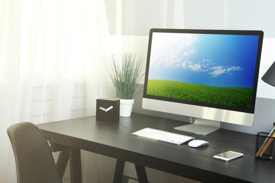 Välstädat skrivbord på kontor