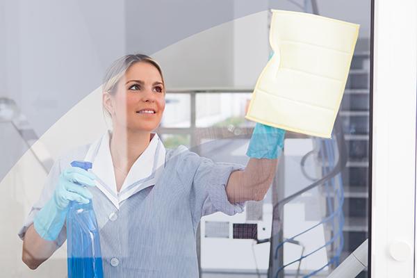 noggrann kontorsstädning av kvalificerad personal
