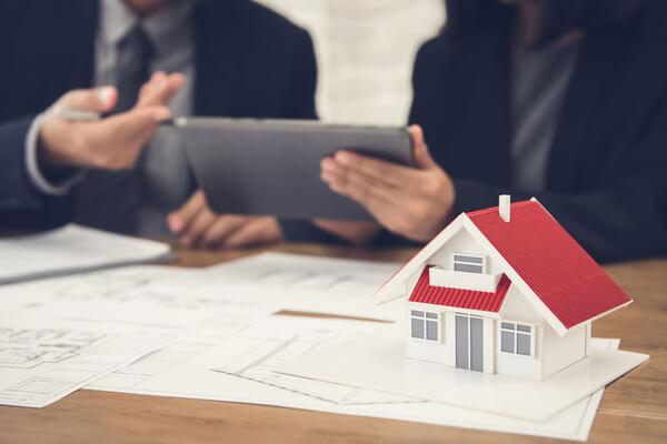 En mäklare förklarar och berättar om bostaden