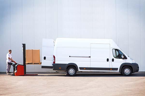 Modern transportbil med mycket lastutrymme