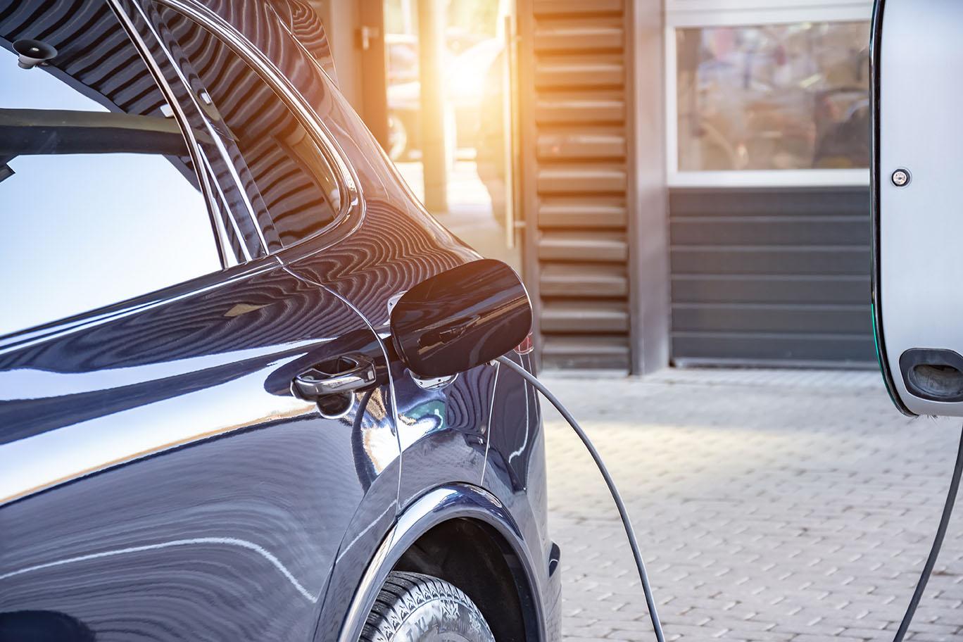 Vi installerar laddstationer i Helsingborg utomhus i närheten av ert garage. Här laddas en bil utomhus.