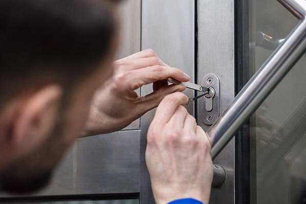 låssmed dyrkar upp lås