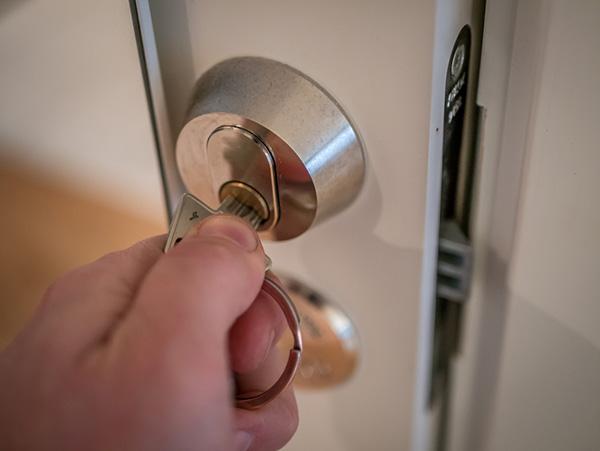 låser upp lås