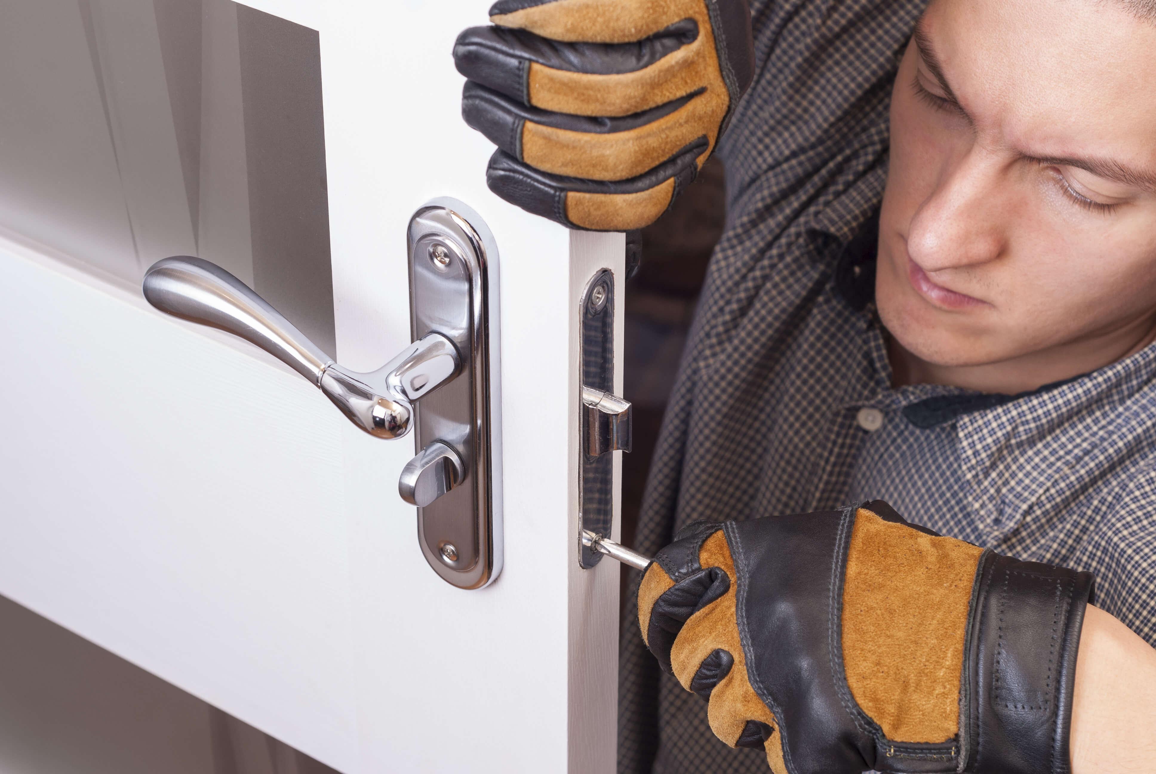 Din låssmed i Västerås installerar inbrottssäkra dörrar