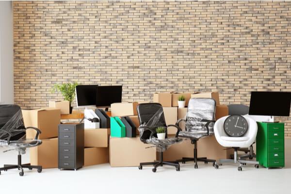 Kontors verktyg, lådor, kartonger, byrå och stolar