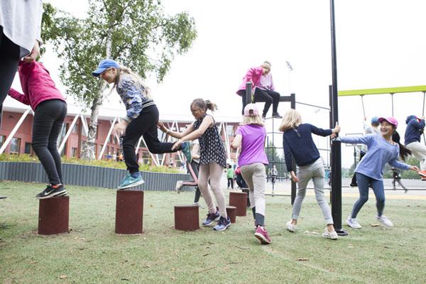 lekplatsutrustning barn klättrar