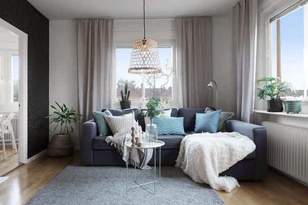vardagsrum med blå soffa i Hallonbergen