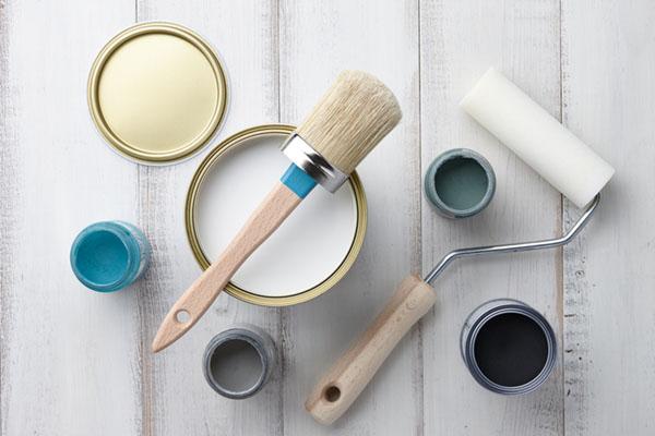 färgburk och penslar
