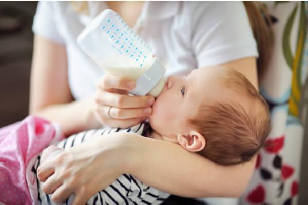 Litet bebis äter
