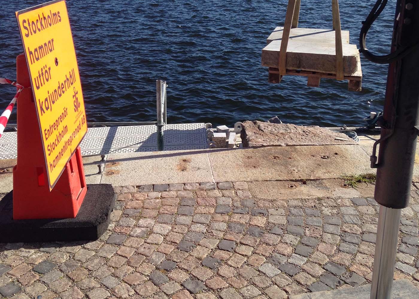 Anlita oss för markläggning i Stockholm. Här reparerar vi en kaj i Stockholm.