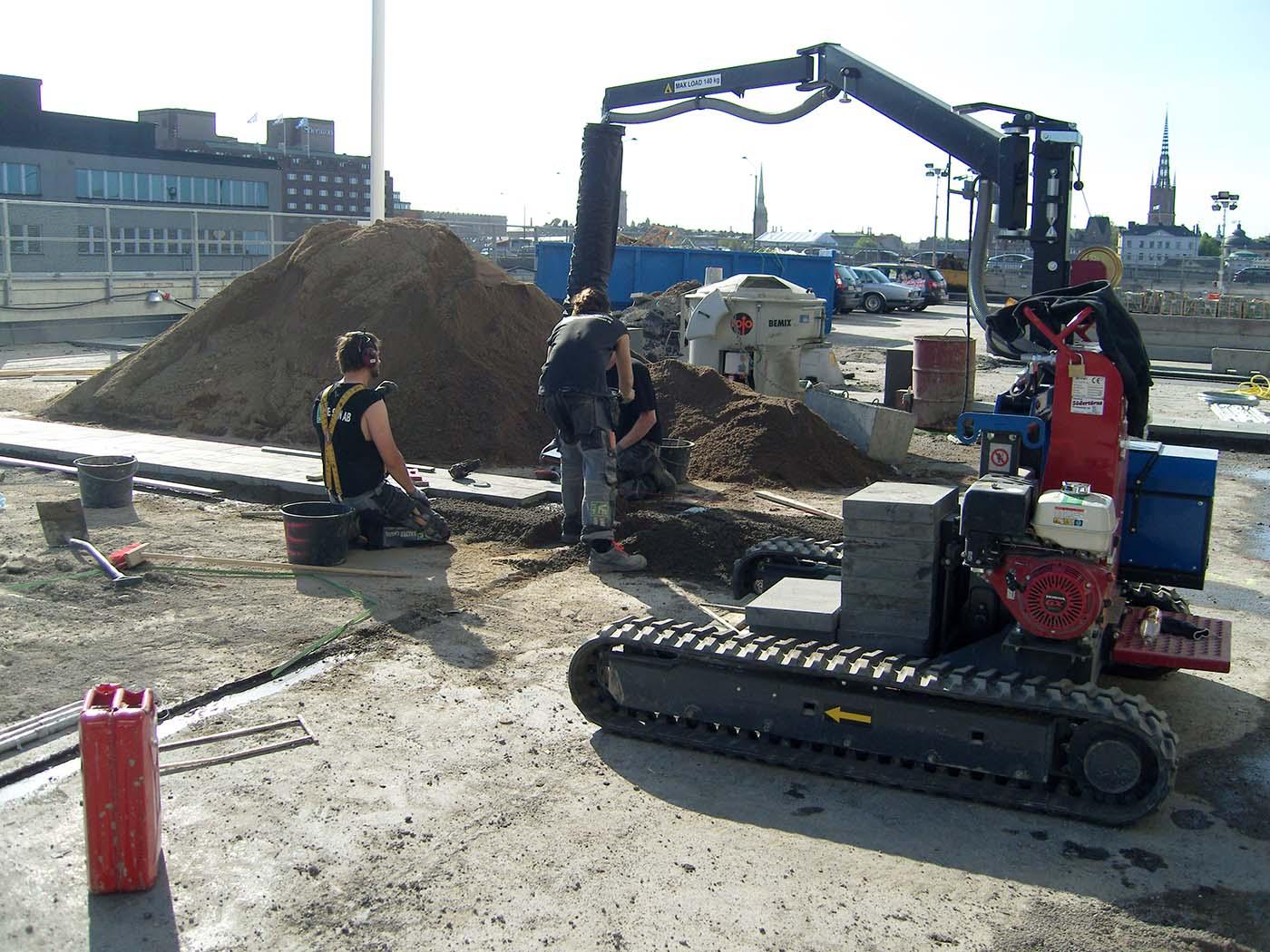 Vi är specialister på markanläggning i Stockholm och hjälper er med ert arbete, som här med tunga maskiner.