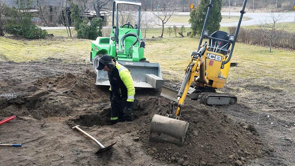 En man jobbar med markarbeten i Örebro.