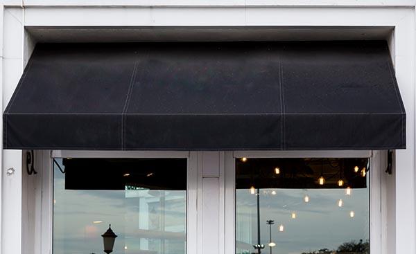 svart markis på restaurang