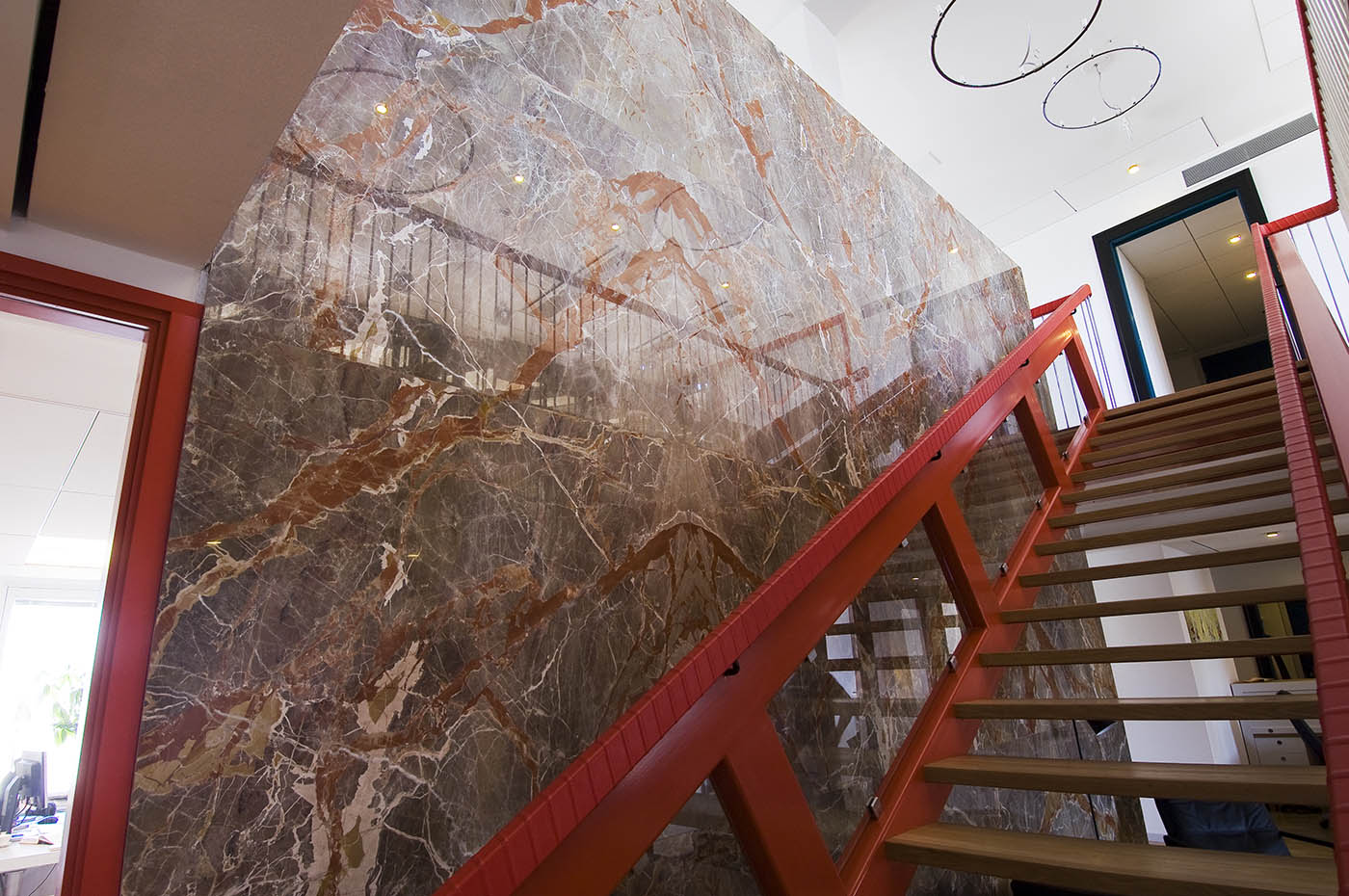 Kontakta oss för sten och marksten i Stockholm. Vi levererar olika typer, här en spräcklig väggsten i rött och brunt.