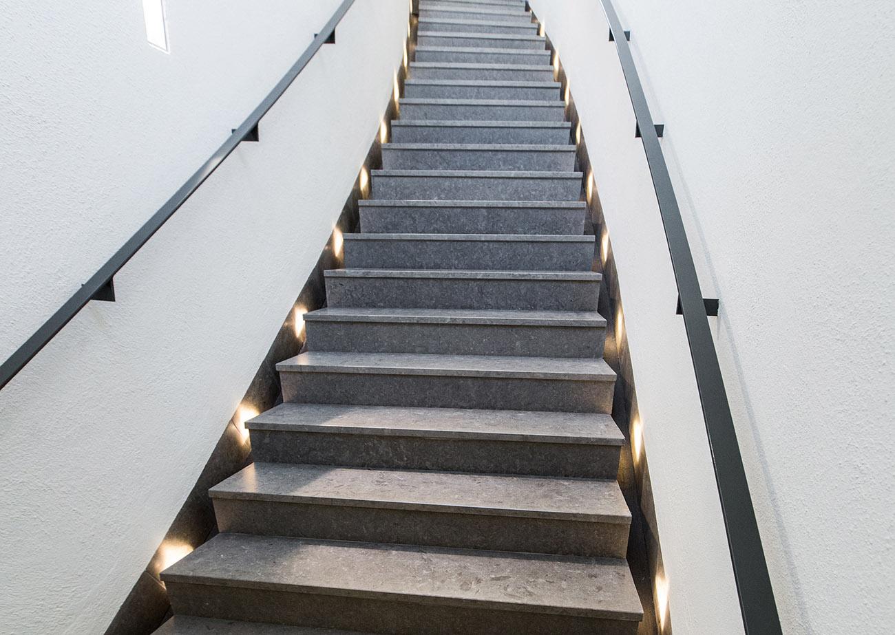 Här har vi en marksten i Stockholm till en stentrappa i kalksten.