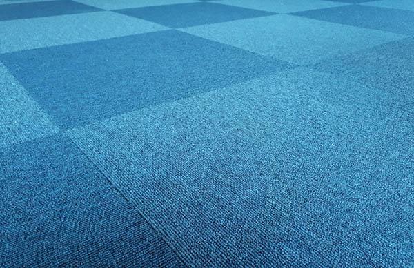 blå matta i sektioner