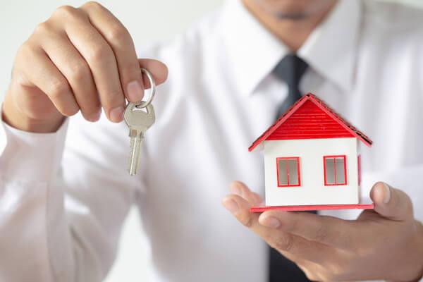 Nyckel med ett hus i handen