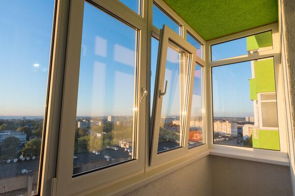 Balkonginglasning och öppen fönster