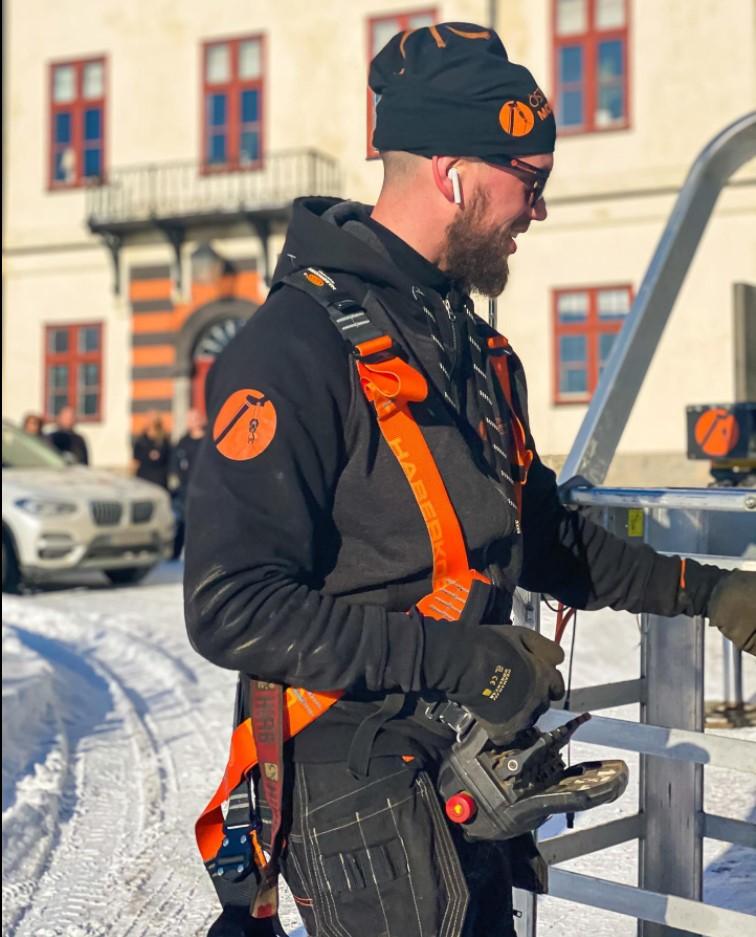 Våra duktiga medarbetare står och jobbar med mobilkran i Östergötland.