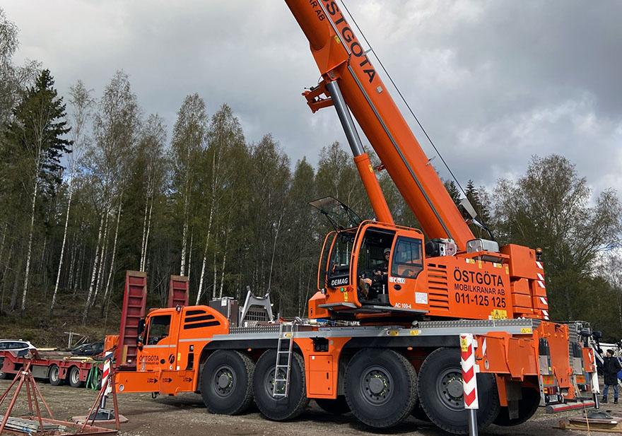 Mobilkran med lyftkapacitet på 100 ton.