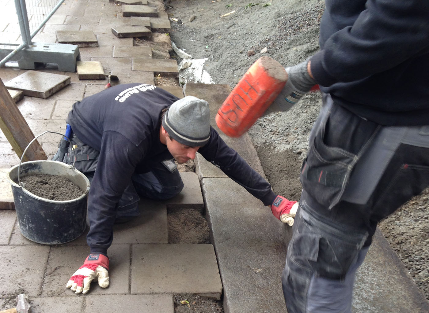 Vi utför alla slags stenarbeten, som här en stenläggning av en gångväg med natursten i Stockholm.