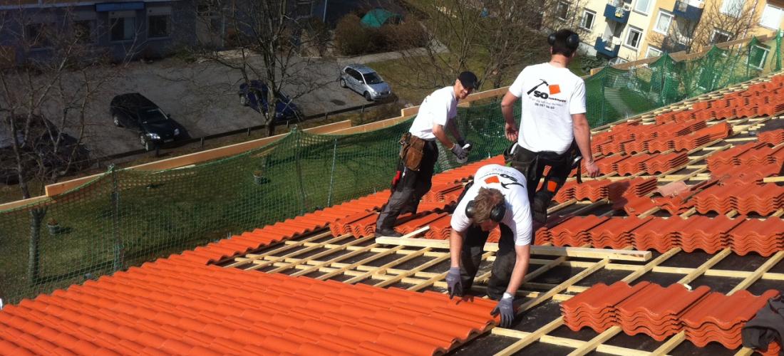 Takläggare i Sollentuna som påbörjat takläggning med kakelplattor