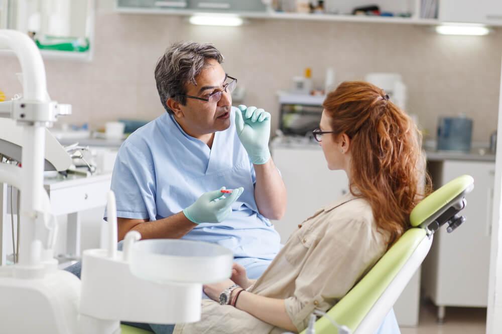 kvinna på besök hos tandläkare