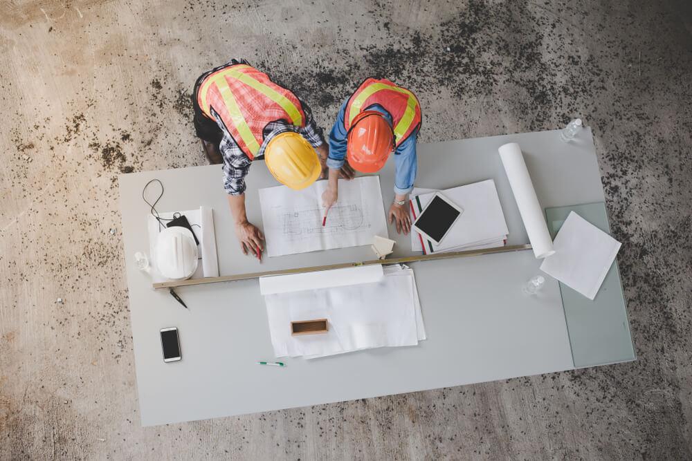byggarbetare tittar på ritningar