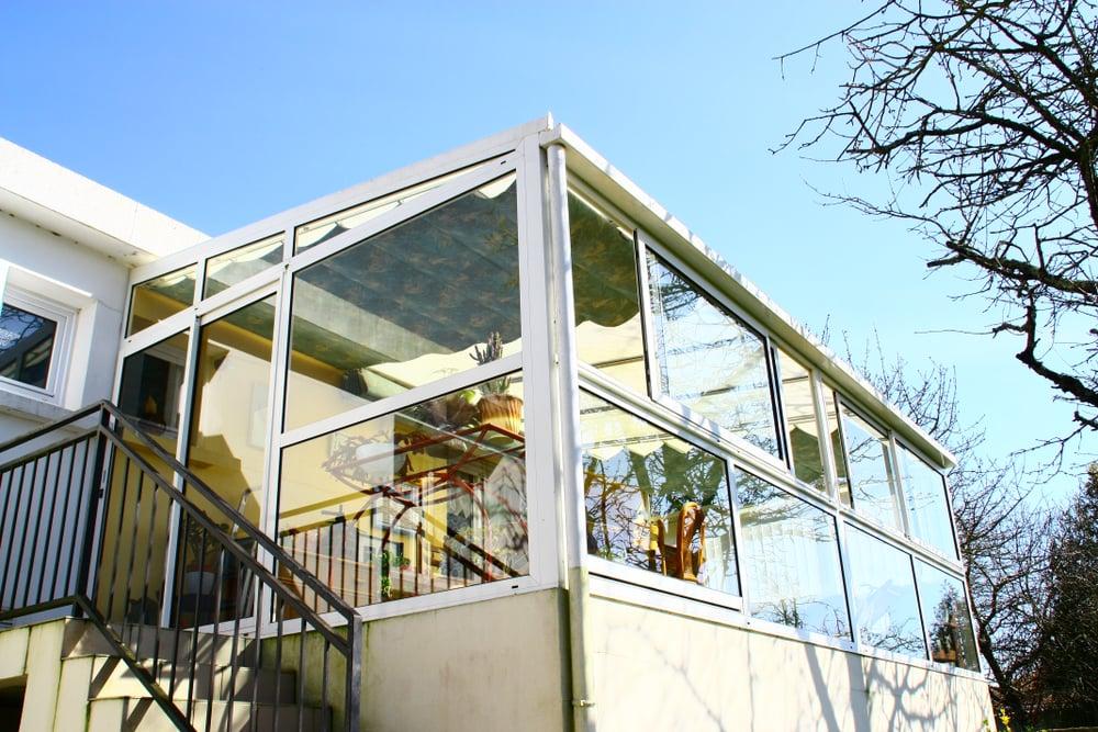 Ett inglasat uterum med fönsterfint