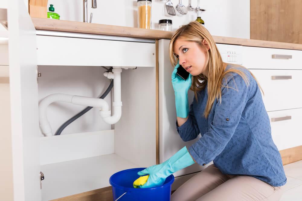 kvinna försöker rensa avlopp