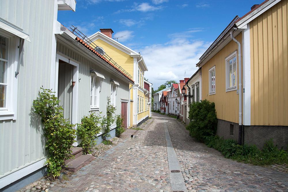 Fin kullerstensgata i Gävle med äldre hus.