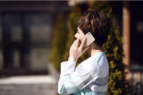 En kvinna som pratar i telefon