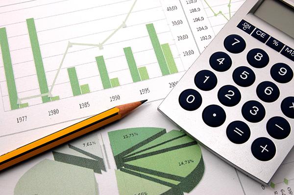 papper och miniräknare för redovisningsarbete