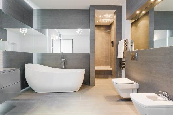 Modern badrum med gråa nyanser