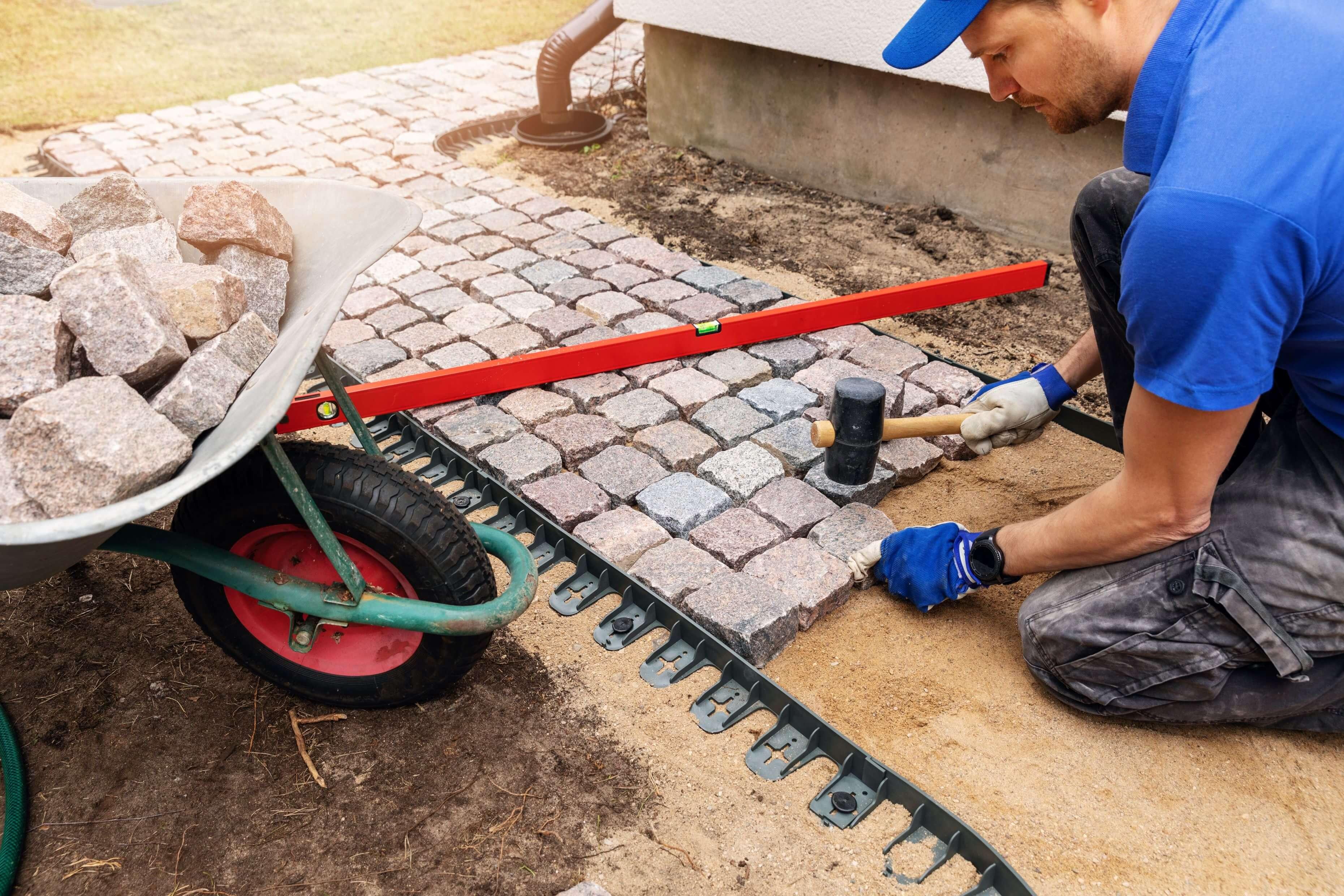 Vi gör stenläggning när vi renoverar innergård i Stockholm