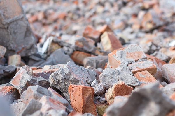 rester av tegel och murbruk