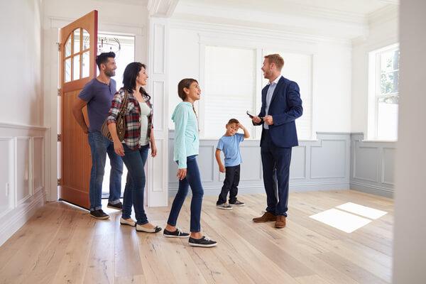 Familj besöker en bostad med en mäklare