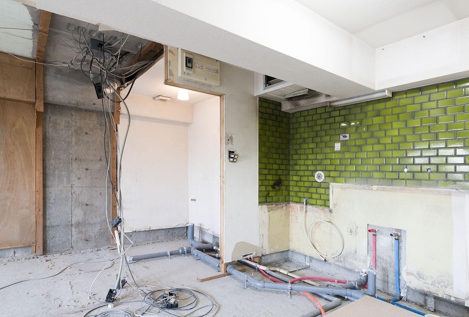 Här har vi genomfört en rivning i Stockholm av ett kök med grönt kakel kvar.