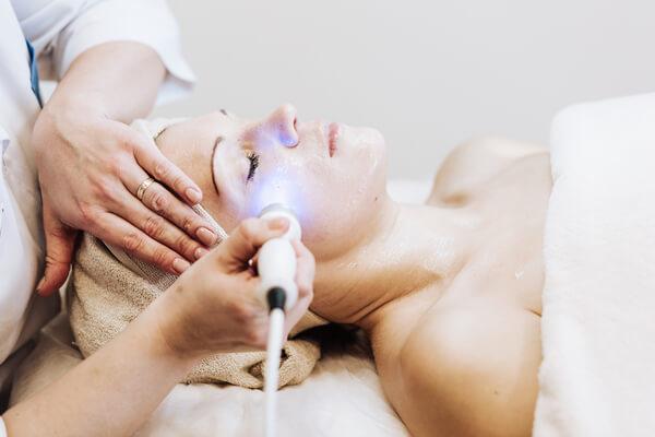 kvinna får laserbehandling