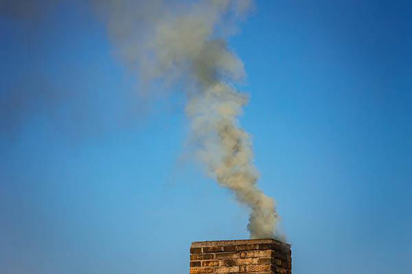 skorsten med rök