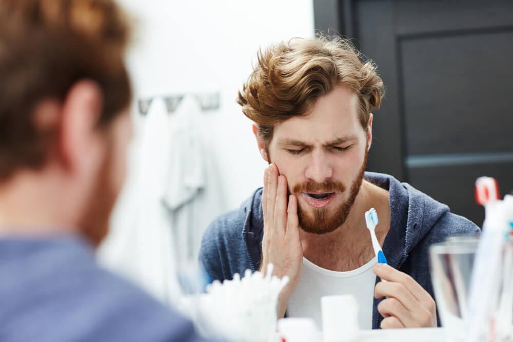 man har ont i tanden vid tandborstning